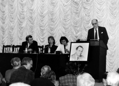 Lyndon LaRouche speaks at a symposium in Moscow honoring the late Russian scientist Pobisk Kuznetsov