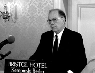 LaRouche forecasts fall of Berlin Wall at press conference in West Berlin in 1988