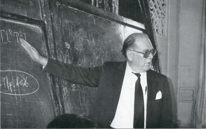 Lyndon LaRouche lectures on his science of physical economy at a seminar of Russian scientists in Moscow